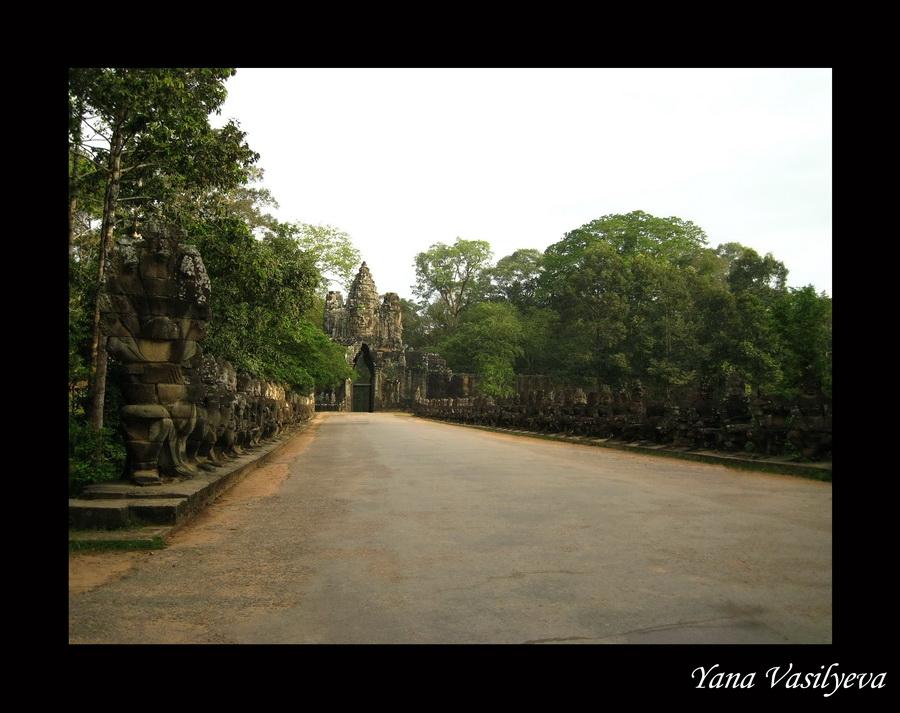 Осмотрев Храм, мы прошли мимо южного рва, окружающего храмовый комплекс Ангкор Том, и через Южные ворота попали на...