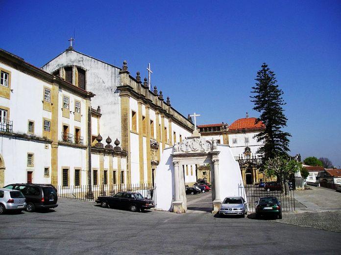 http://foto.awd.ru/data/media/78/P_-_Convento_Santa_Clara-a-Nova.JPG
